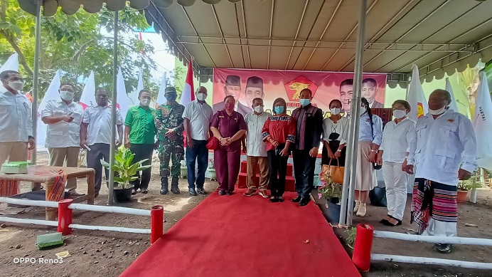 Esthon Foenay foto bersama Ketua DPRD Alor, Asisten I dan jajaran Forkopimda usai pelantikan DPC Gerindra Alor, Sabtu (28/8) di kantor DPC Gerindra, Kalabahi Tengah.