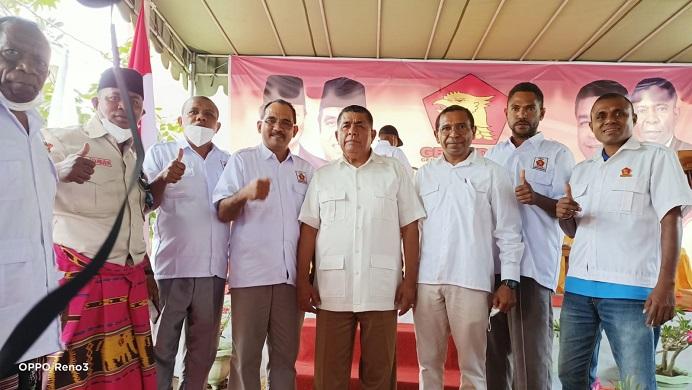 Foto: Yusak Atamau (ujung kiri), Taufik Sabudin (kedua kiri), Iskandar Lakamau (keempat kiri), Esthon Foenay (tengah) dan Gabriel Beri Binna (ketiga kanan) usai acara pelantikan DPC Gerindra Alor, Sabtu (28/8/2021) di Kalabahi.