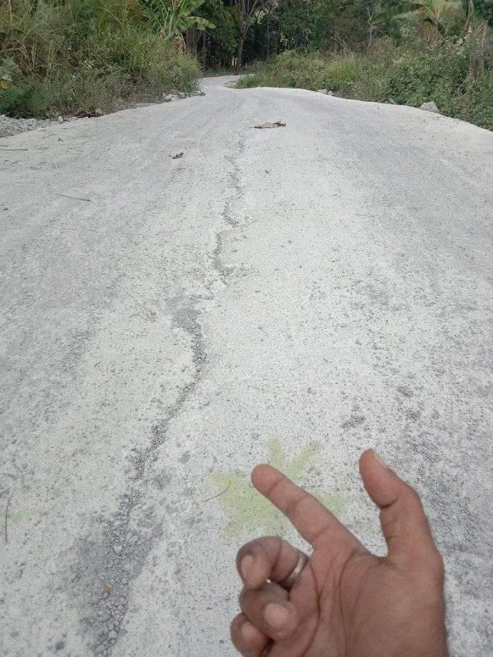 Ruas Jalan Maiwal-Buraga yang diduga dikerjakan tidak berkualitas.