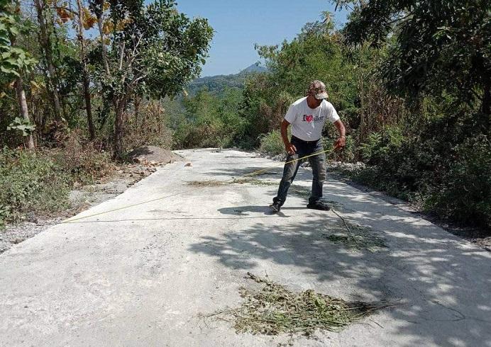 Foto: Aktivis senior Gerson Blegur sementara mengukur volume proyek jalan Rabat Beton ruas Maiwal-Buraga, Rabu (4/8) di Kecamatan ABAD Selatan. Hasil investigasinya itu ia simpulkan bahwa pekerjaan proyek jalan tersebut diduga dikerjakan tidak bermutu.
