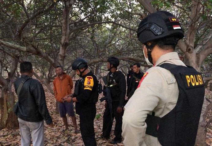 Kapolres Alor AKBP Agustinus Chrismas Try Suryanto memimpin tim pencarian terduga pelaku pengrusakan Mobil Ambulance Puskesmas Maliang di Kecamatan Pantar Tengah. Tiga pelaku berhasil dibekuk dalam misi pencarian itu.