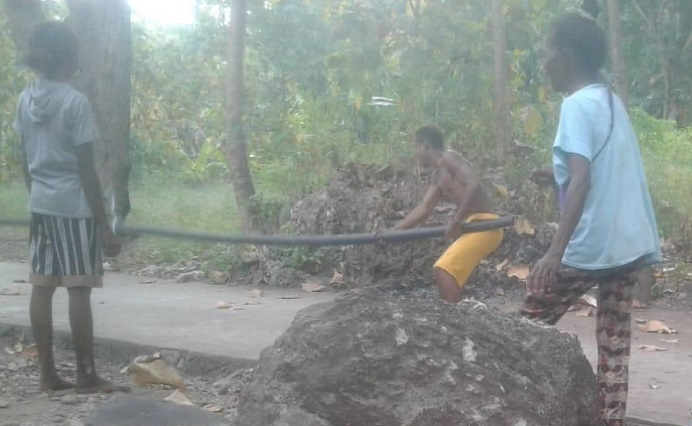 Warga Desa Wolwal swadaya menarik dan memasang pipa proyek Air untuk mengairi rumah 40 KK di Dusun B, sekitar bulan Maret 2021. (Foto: doc istimewa).