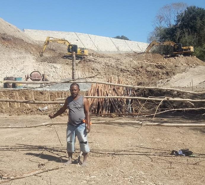 Warga Desa Lembur Timur Kabupaten Alor, Yafet Famai, mencegat proyek pembangunan TPA Sampah di wilayah itu dengan cara memagari lokasi proyek yang diduga dikerjakan di atas kebunnya. Yafet mencegat lokasi proyek itu karena lahannya diduga diserobot pemerintah untuk pembangunan proyek TPA Lembur tanpa sepengetahuan dirinya.