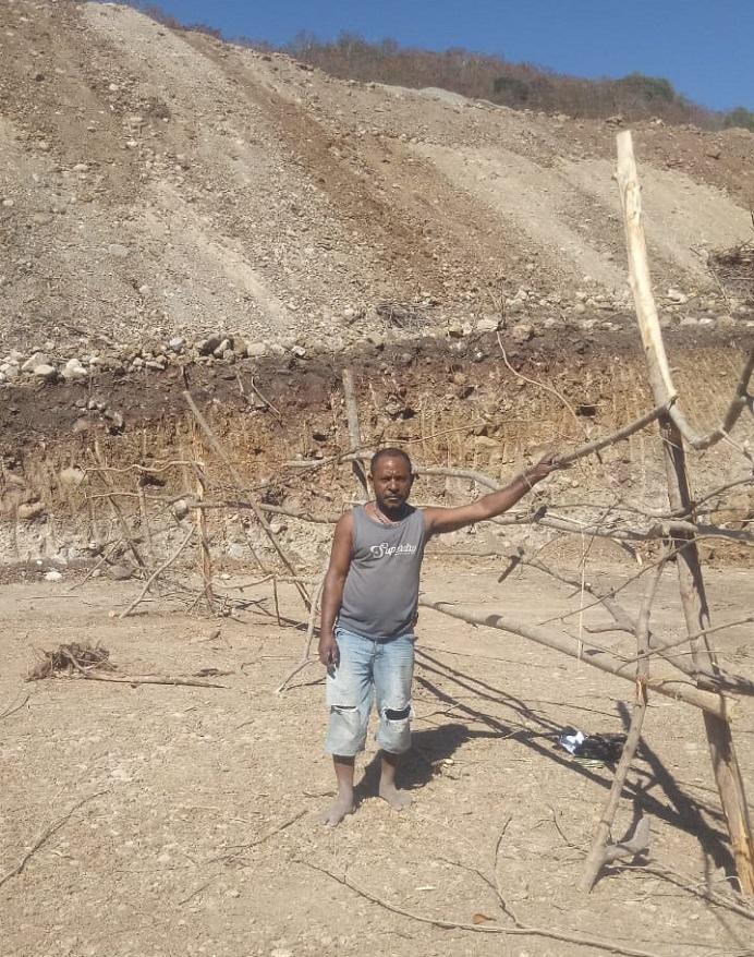 Warga Desa Lembur Timur Kabupaten Alor, Yafet Famai, mencegat proyek pembangunan TPA Sampah di wilayah itu dengan cara memagari lokasi proyek. Yafet mencegat lokasi proyek itu karena lahannya diduga diserobot pemerintah tanpa sepengetahuan dirinya.