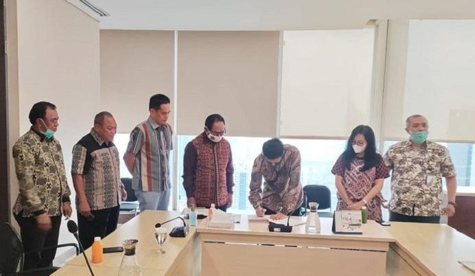 Foto: Pemprov Nusa Tenggara Timur yang diwakili Wakil Gubernur NTT Josef A Nae Soi dan Direktur Utama PT Sarana Multi Infrastruktur (SMI) Edwin Syahruzad menandatangani perjanjian pinjaman senilai Rp 189,7 miliar, Senin (24/8/2020). (Foto: Kompas.com).
