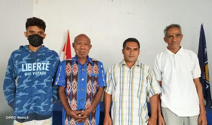 Mualim Prasong (kiri), Wakil Ketua DPRD Alor Drs. Yulius Mantaon (kedua kiri), Mahdi Prasong dan Safari Tana, foto bersama seusai acara penyerahan hadiah pelepasan Penyu di Sekretariat Partai NasDem Alor, kompleks Padang Tekukur, Selasa (17/8/2021) siang.