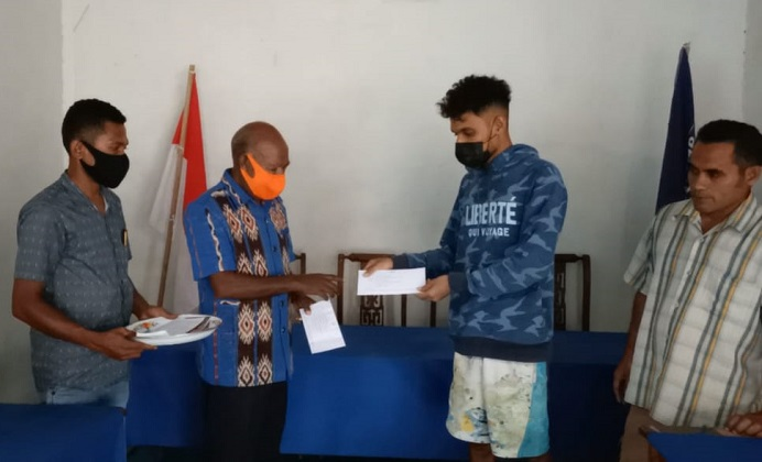 Wakil Ketua DPRD Alor Drs. Yulius Mantaon (kedua kiri) menyerahkan hadiah uang tunai kepada Mualim Prasong (kedua kanan), Mahdi Prasong dan Safari Tana karena berhasil melepaskan dua ekor Penyu ke habitannya di perairan Teluk Mutiara, Alor. Acara penyerahan hadiah pelepasan Penyu dilakukan di Sekretariat Partai NasDem Alor, kompleks Padang Tekukur, Selasa (17/8/2021) siang.