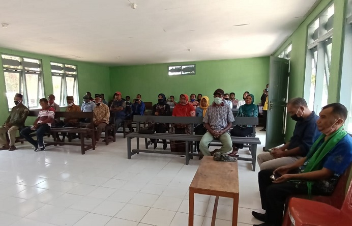 Masyarakat Desa Alor Besar menghadiri acara penyerahan 1 unit Mobil Ambulance bantuan CSR BRI Cabang Kalabahi, Sabtu (25/9) di Aula kantor Desa Alor Besar di Sebanjar.