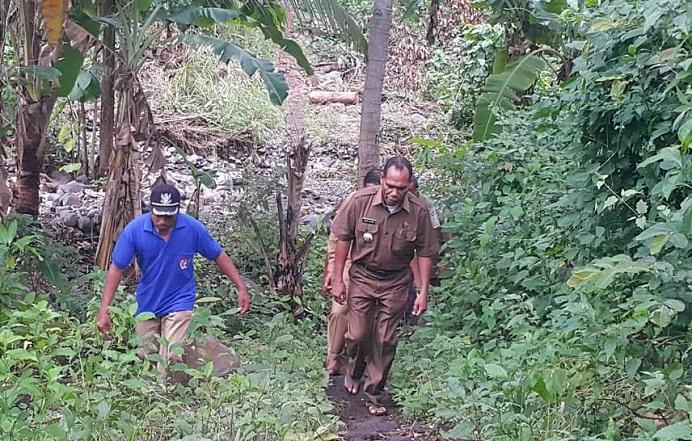 Bupati Alor Drs Amon Djobo (kanan) berjalan kaki memantau kebun warga dan kondisi jalan di desa Manatang Kecamatan ABAD Selatan belum lama ini. (Sumber: FB Aming Alor).