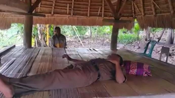 Bupati Alor Drs Amon Djobo berbaring sejenak di bale-bale gudang adat masyarakat Desa Manatang, usai berjalan kaki memantau kebun warga dan kondisi jalan di desa itu belum lama ini. (Sumber: FB Aming Alor).