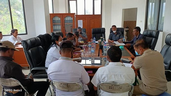 Komisi I DPRD Alor gelar RDP dengan Kepala Desa Lembur Timur, Camat Lembur, Kepala Pertanahan Alor, Kadis Perumahan Alor, Kabag Hukum Alor, pada Rabu (18/8/2021) di kantor DPRD, Kalabahi Kota. Rapat itu membahas sengketa lahan TPA Lembur yang diadukan Yafet Famai. Sejauh ini DPRD belum mengeluarkan rekomendasi politik kepada Pemda soal penyelesaian sengketa lahan di proyek TPA Lembur.