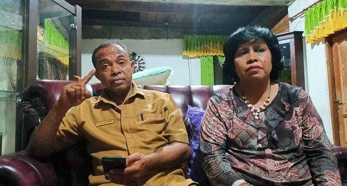 Muaz Abdulrachman Kamis (kiri) di dampingi istrinya Naboys Talo ketika jumpa pers soal pencopotannya dari jabatan Kadis Infokum, Senin (13/9/2021) di kediamannya kompleks Sawah Lama, Kalabahi.