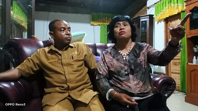 Anggota DPRD Alor F-Demokrat, Naboys Talo (kanan) di dampingi suaminya Muaz Abdulrachman Kamis, ketika jumpa pers di rumahnya, Senin (13/9) di kompleks Swah Lama, Kalabahi.