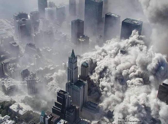 Gedung menara kembar World Trade Center yang runtuh ditabrak pesawat komersial di New York pada 11 September 2001.