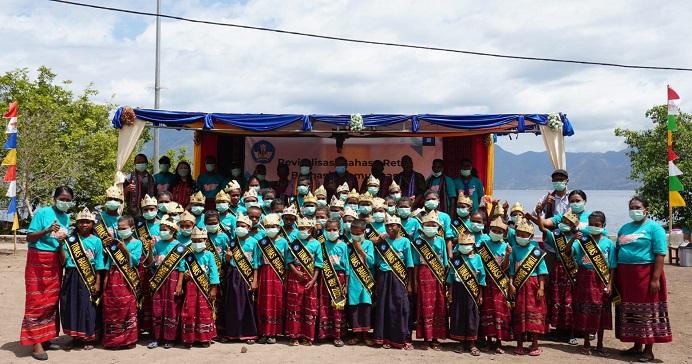 Peserta dari unsur siswa SD dan SMP foto bersama usai mengikuti kegiatan Revitalisasi Bahasa Retta di Desa Ternate Selatan.