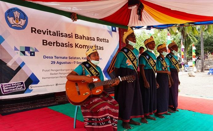 Peserta kegiatan Revitalisasi Bahasa Retta yang digagas Badan Bahasa Provinsi NTT, sedang pementasan nyanyian, pembacaan puisi, monolog, drama, dan lego-lego dalam bahasa Retta.