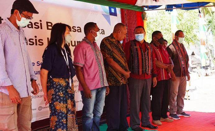 Sekretaris Diknas Alor, Mesak A. Malailak dan Kadis Kebudayaan Alor Mesak Blegur foto bersama peneliti Badan Bahasa NTT usai acara Revitalisasi Bahasa Retta, Sabtu (4/9) di Desa Ternate Selatan.