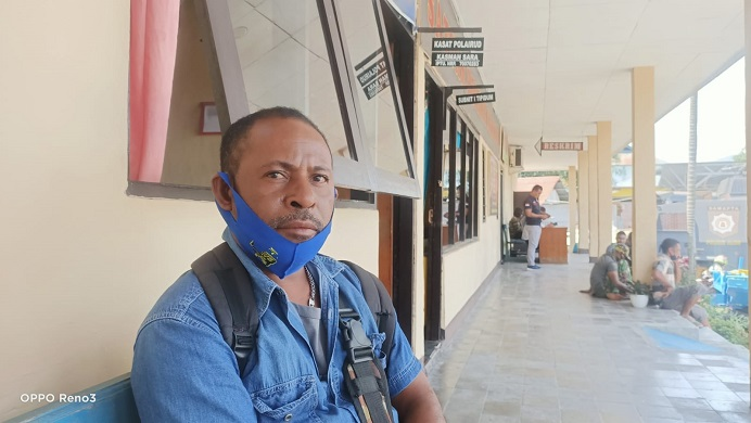 Pemkab Alor pidanakan Yafet Famai di Polres Alor. Yafet di antar Kasat Pol PP Alor Zainal Nampira ke Polres Alor  usai dialog dengan Bupati Alor Amon Djobo pada Selasa (24/8/2021) siang.